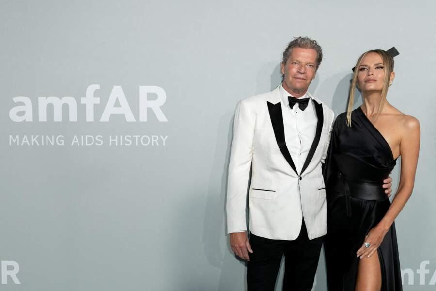 Natasha Poly a pris la pose aux côtés de Peter Bakker lors de  la soirée du gala de l'amfAR à la Villa Eilen Roc, le 16 juillet