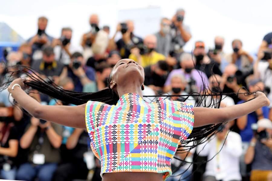 Fatou N'Diaye s'en donne à coeur joie avec les photographes pendant le photocall du film,  le 17 juillet