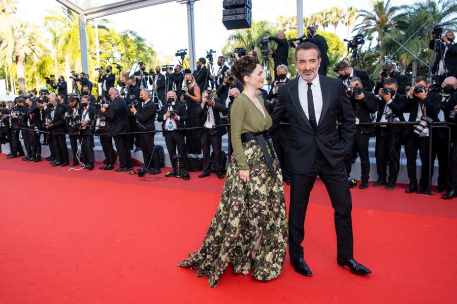 À l'affiche d'OSS 117 : Alerte rouge en Afrique noire, Jean Dujardin est venu défendre son film, présenté en clôture du Festival de Cannes, aux côtés de son épouse Nathalie Péchalat
