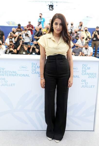 Leïla Bekhti a misé sur un pantalon taille haute noir avec une chemise cintré pour son apparition au photocall du film Les Intranquilles, le 17 juillet