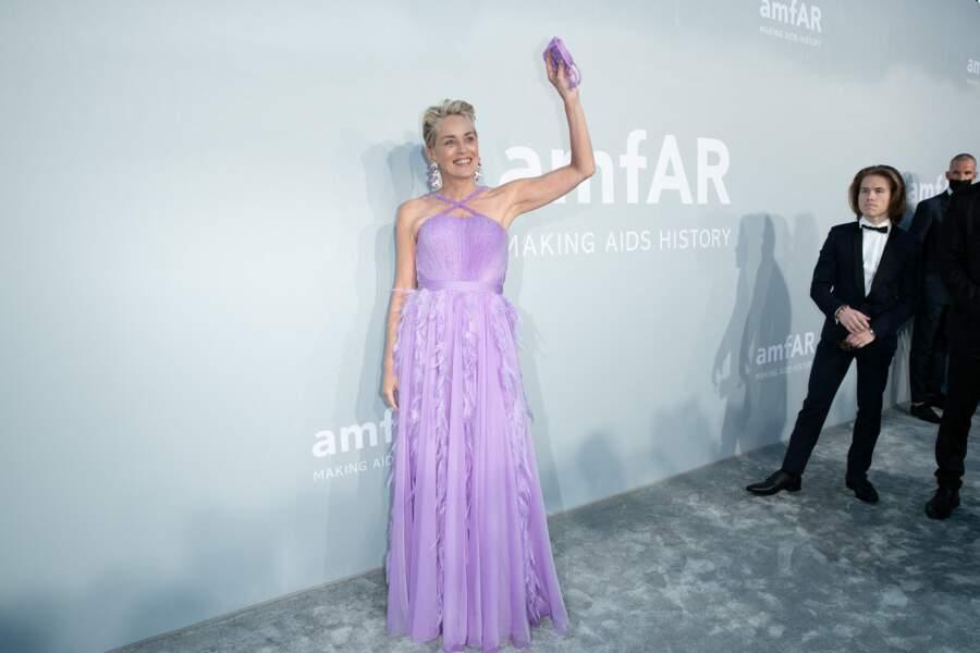 Sharon Stone a choisi une robe violette de la griffe Dolce & Gabbana pour sa venue à la soirée du gala de l'amfAR, ce 16 juillet