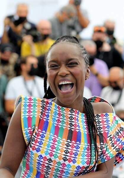 Fatou N'Diaye éclate de rire pendant le photocall du film Oss 117, le 17 juillet 2021