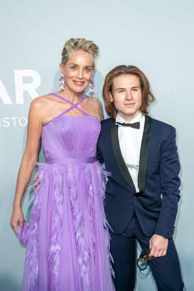 Sharon Stone et son fils Roan Joseph Bronstein pendant le photocall de la soirée du gala de l'amfAR, le 16 juillet