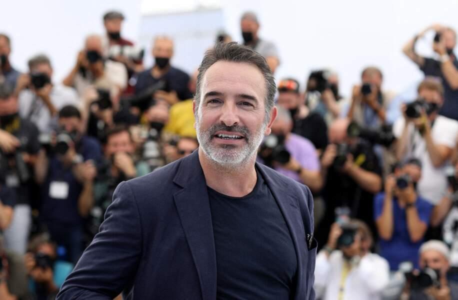 Jean Dujardin en toute décontraction au Festival de Cannes, le 17 juillet 2021