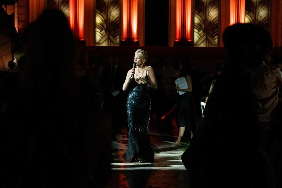 Sharon Stone dans une robe à paillettes noire signée Alberta Ferretti au gala de l'amfAR, le 16 juillet