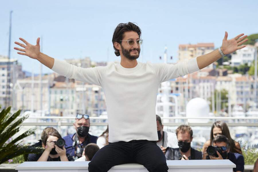 Pierre Niney en roue libre sur la Croisette, le 17 juillet