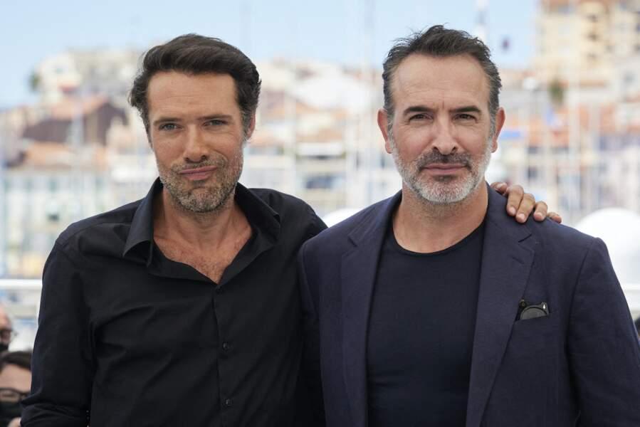 Nicolas Bedos très proche de Jean Dujardin pendant le photocall du film Oss 117 : Alerte Rouge En Afrique Noire, le 17 juillet