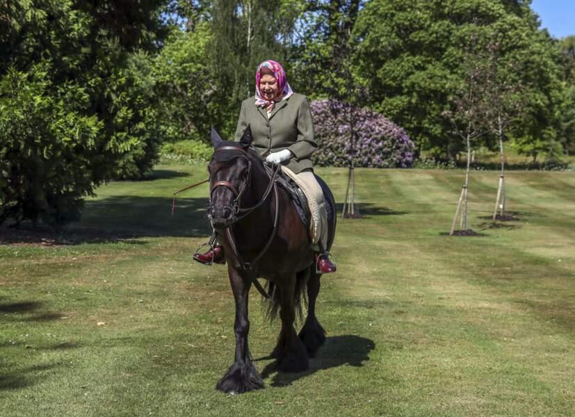 A 94 ans, la reine monte un cheval de 14 ans dans le parc du château de Windsor, en 2020