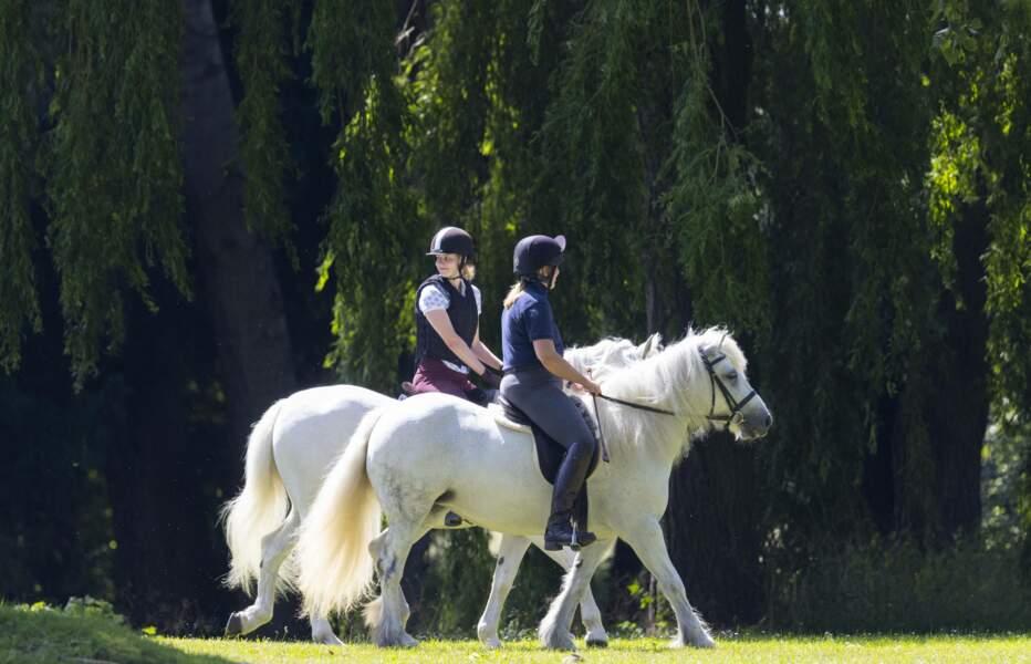 Lady Louise Windsor profite avec bonheur du cadeau du prince philip, le 17 juillet dans le parc du château de Windsor