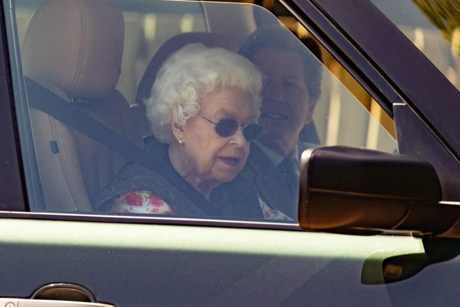 Elizabeth II se rend au volant de sa propre voiture aux écuries