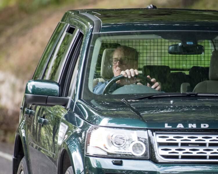 En 2017, le duc d'Edimbourg sort du Château de Balmoral au volant de sa voiture