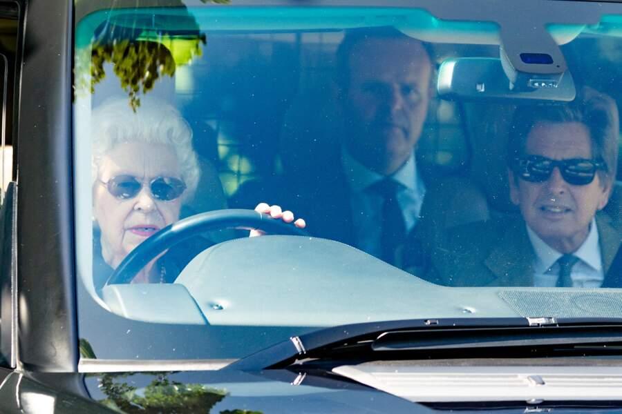 Habillée d'un haut à fleur, Elizabeth II fait une visite inattendue dans les écuries de Sandringham