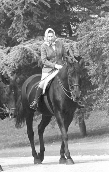 "Elizabeth II monte son cheval ""Centennial"" en 1982"