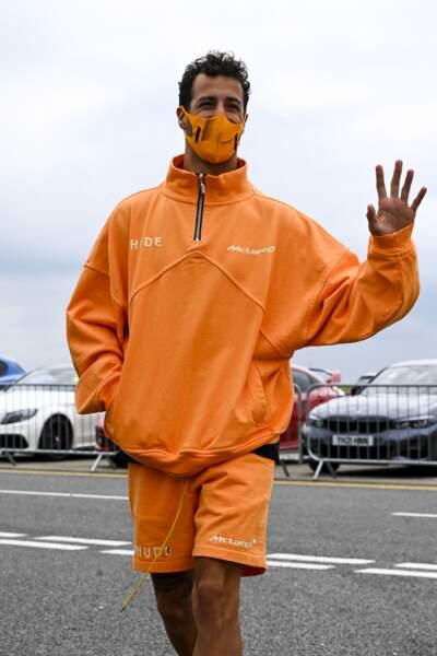 Le pilote de McLaren, Daniel Ricciardo, s'imprègne de l'ambiance quelques jours avant la course