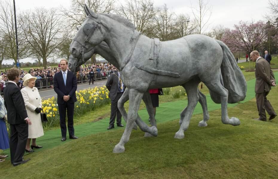 Une statue en forme de cheval est dévoilée à l'occasion des 60 ans du couronnement des reines à Windsor en 2014