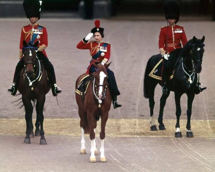 La reine est à cheval à Buckingham Palace en 1964.