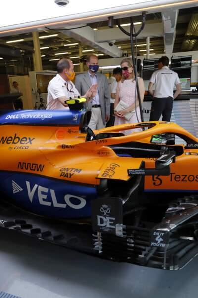Le couple rencontre le pilote de la course : Daniel Ricciardo