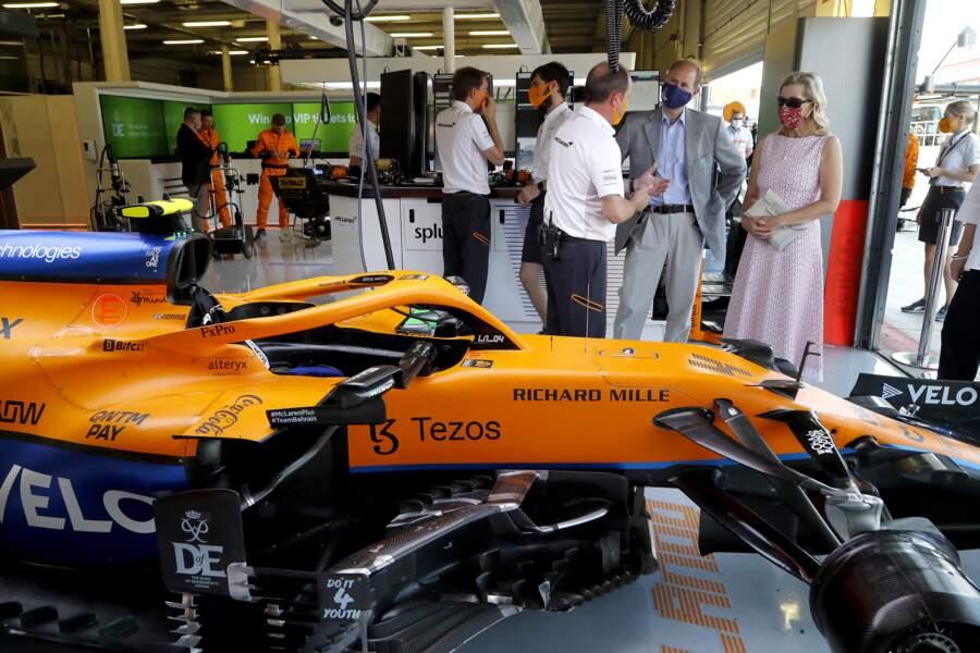Le Prince Edward et sa compagne examinent la voiture de Formule 1 du garage McLaren