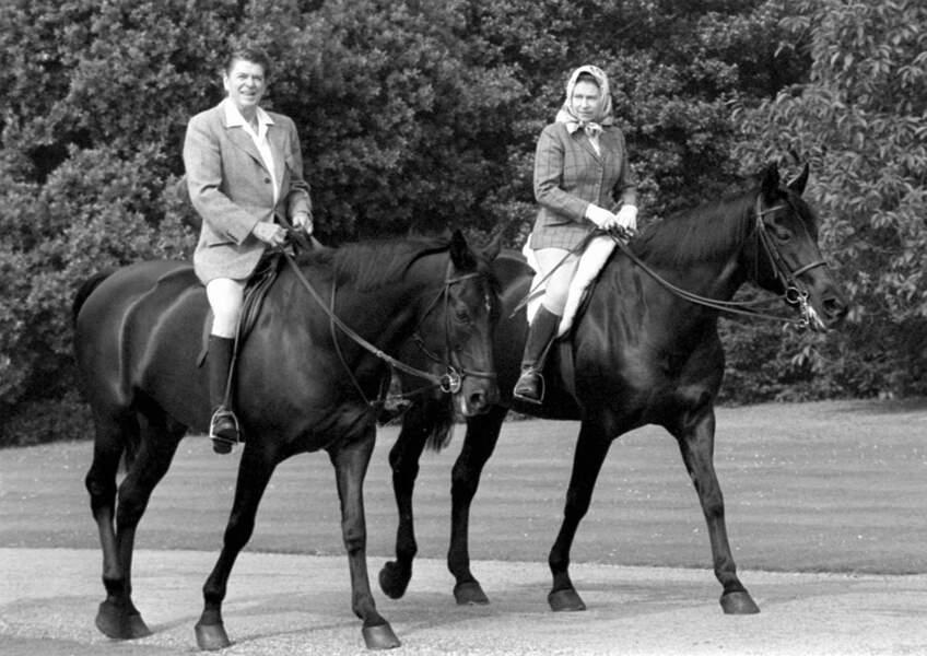 La reine et le président Américain Ronald Reagan montent à cheval en 1982
