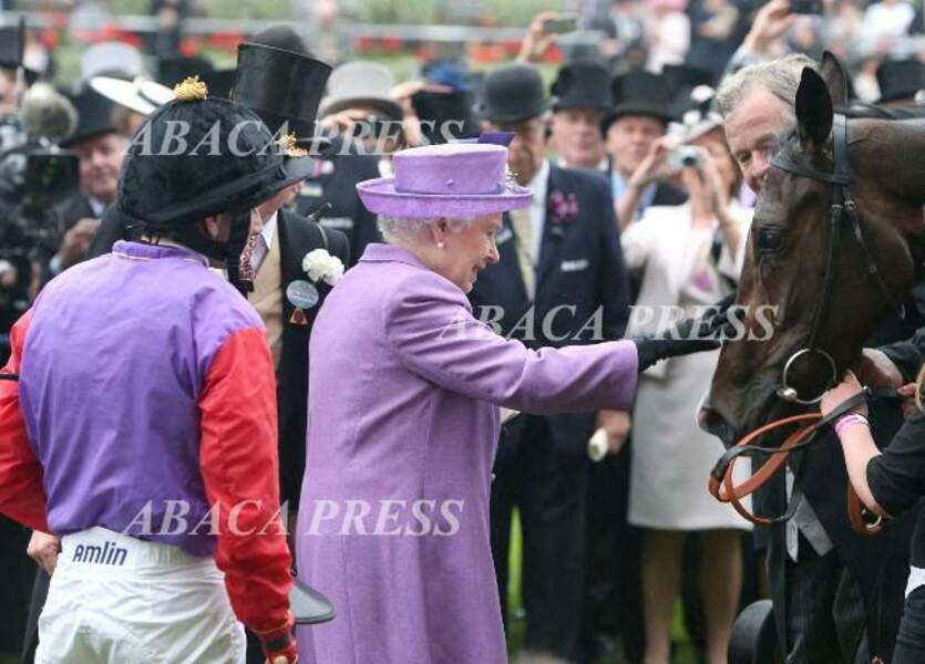 Elizabeth II félicite son cheval après sa victoire à la Gold Cup, en 2013