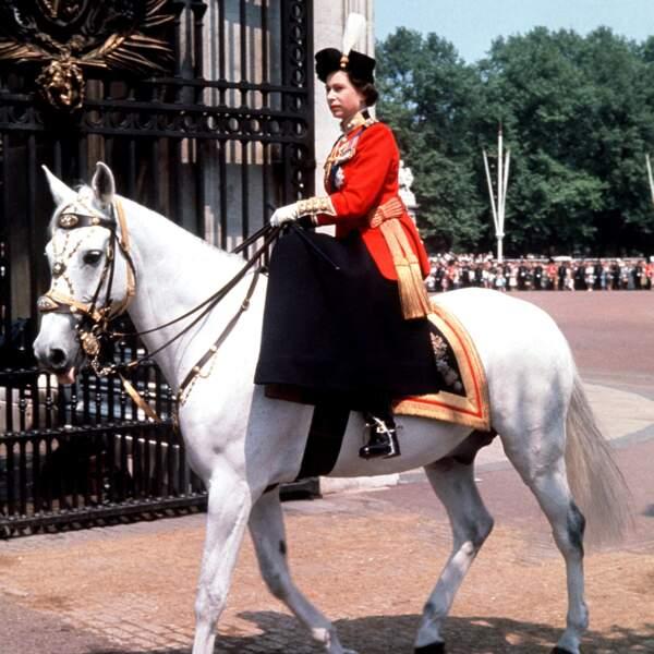 Pendant la cérémonie du ralliement au drapeau en 1963, la reine montait à cheval