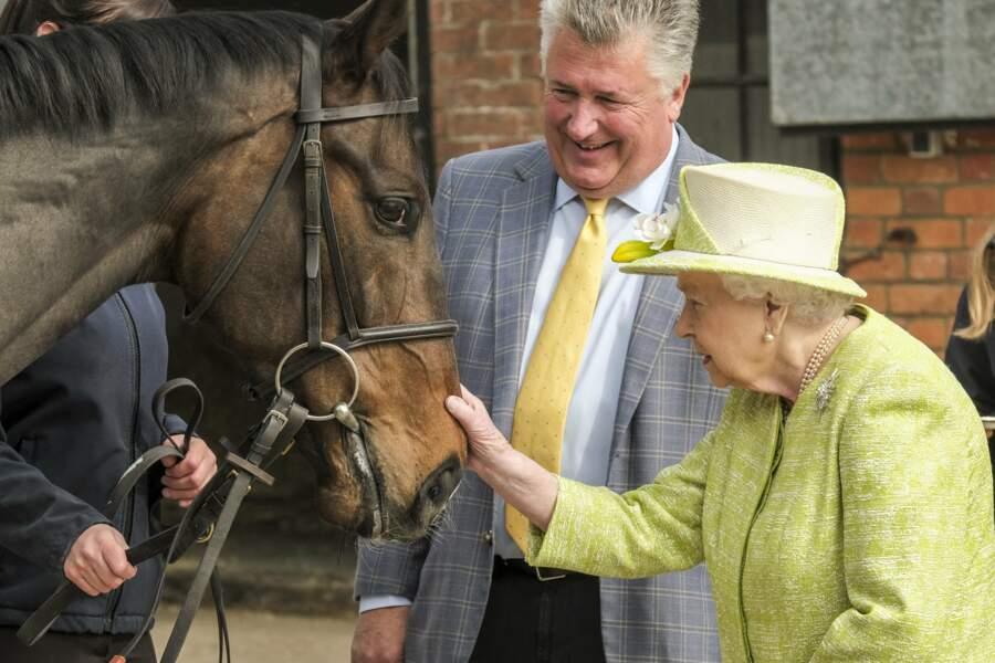 La reine rencontre l'entraîneur Paul Nicholls au Manor Farm Stables en mars 2019