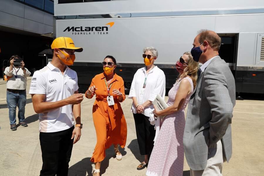 Quelques heures avant le Grand-Prix de Grande Bretagne, le couple discute avec l'équipe