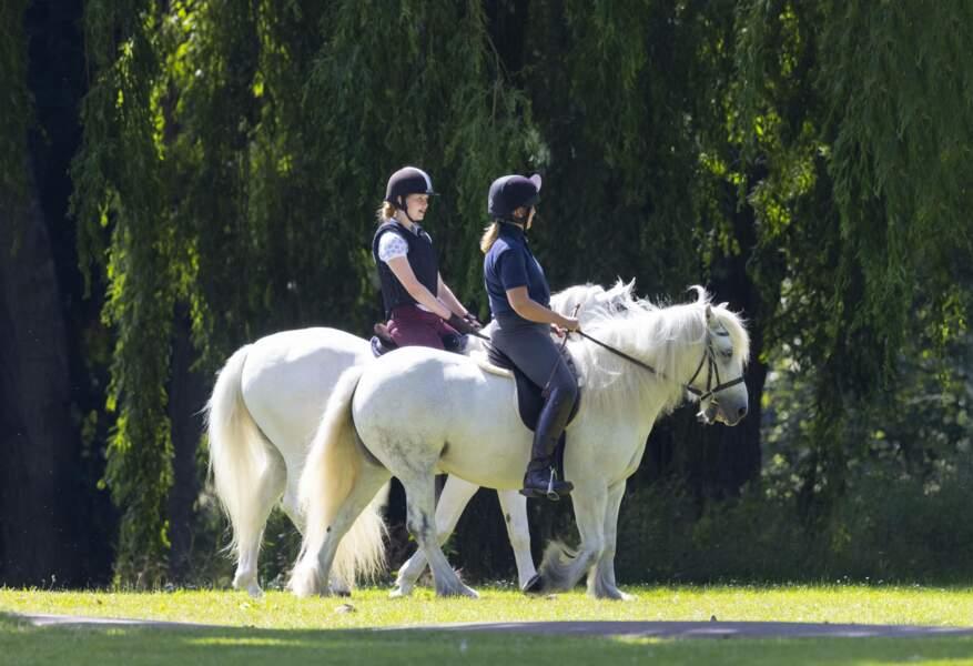 Lady Louise Windsor monte à cheval dans le parc du château de Windsor le 17 juillet 2021.
