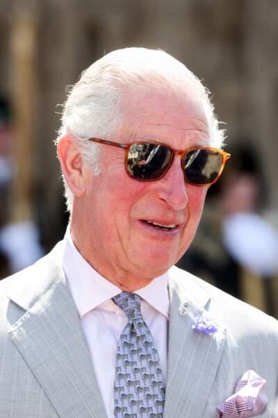 Le prince Charles, un vrai dandy cool avec ses lunettes de soleil, pour visiter la cathédrale d'Exeter, dans le Devon, le 19 juillet 2021