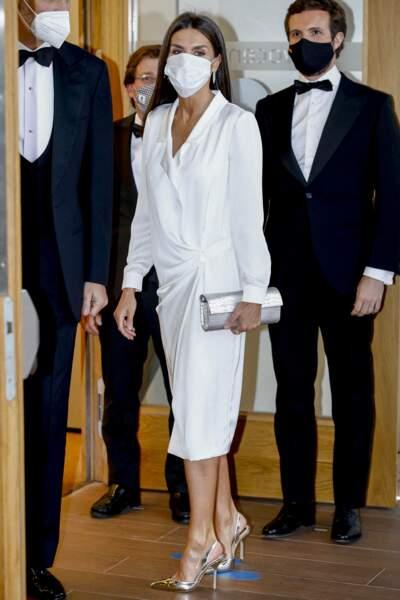 Letizia d'Espagne en robe chemise blanche Lola Li, à Madrid, le 22 juin 2021.