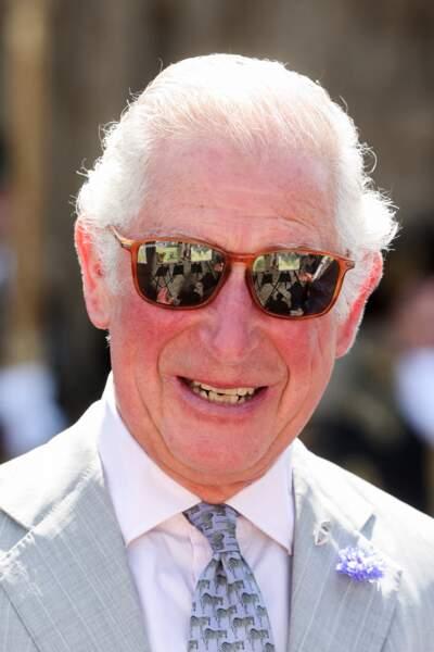 Le prince Charles décontracté avec les lunettes de soleil vissées sur le nez lors de son arrivée à Devon, le 19 juillet 2021
