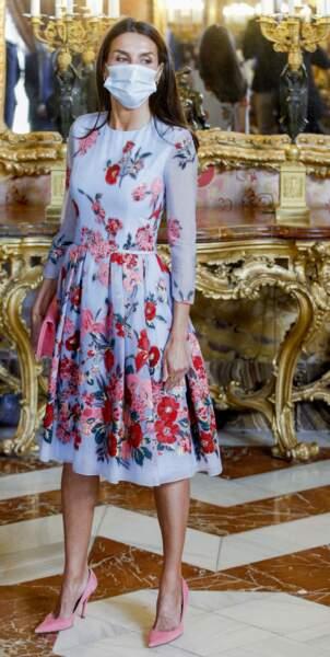 Letizia d'Espagne en robe courte fleurie Carolina Herrer à Madrid, le 2 juillet 2021.