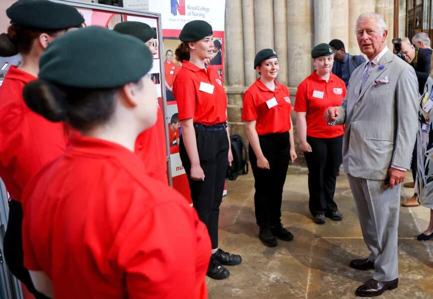 Le prince Charles a pu rencontrer des groupes communautaires travaillant sur la recherche pour lutter contre le réchauffement climatique, dans la cathédrale d'Exeter, le 19 juillet 2021