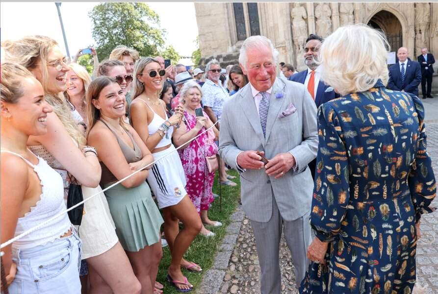 Le prince Charles et son épouse Camilla Parker Bowles décontractés et branchés pour saluer la foule sur le parvis de la cathédrale d'Exeter, dans le Devon, le 19 juillet 2021