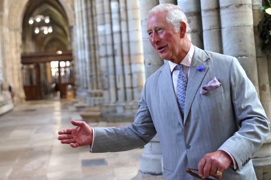 À l'occasion de ce premier jour de liberté, le prince Charles a fait tombé le masque pour visiter la cathédrale d'Exeter, dans le Devon, le 19 juillet 2021
