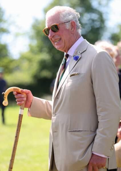 """En plus des lunettes de soleil, le prince Charles a apporté un peu de fantaisie avec une cravate bariolée bordeaux, vert et jaune lors de sa visite des stands du """"Great Yorkshire Show"""" à Harrogate, le 15 juillet 2021"""