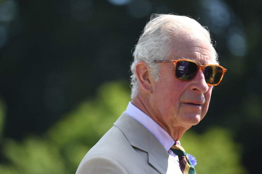 """Il semblerait que les lunettes de soleil soit l'accessoire préféré du prince Charles comme en témoigne son look lors de la visite des stands du """"Great Yorkshire Show"""", à Harrogate, le 15 juillet 2021"""