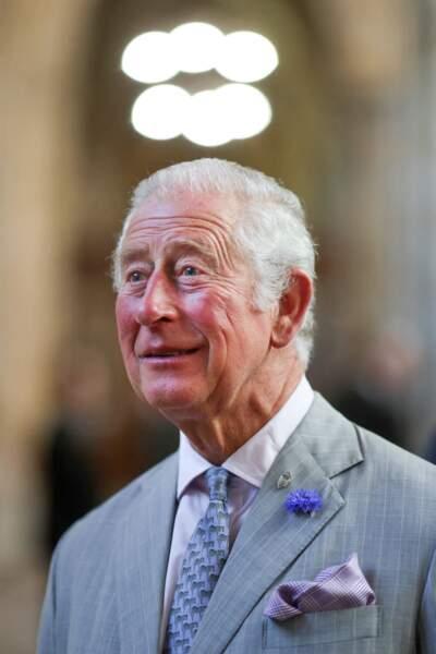 Avec ses lunettes de soleil et sa cravate fantaisie, le prince Charles a fait une apparition décontractée lors de sa visite de la cathédrale d'Exeter, dans le Devon, le 19 juillet 2021