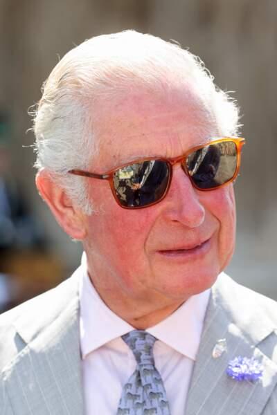 Élégant dans un costume gris clair, le prince Charles a apporté une note décontractée à sa tenue avec une paire de solaire en écaille de tortue pour visiter la cathédrale d'Exeter, dans le Devon, le 19 juillet 2021