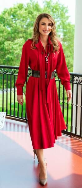 Rania de Jordanie très élégante en robe longue rouge et escarpins bronze.