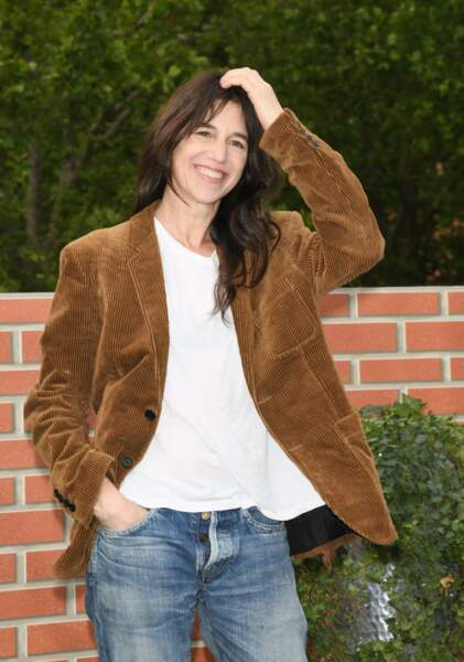 Charlotte Gainsbourg le 26 juin : en blazer camel, un t-shirt blanc et son basique jean