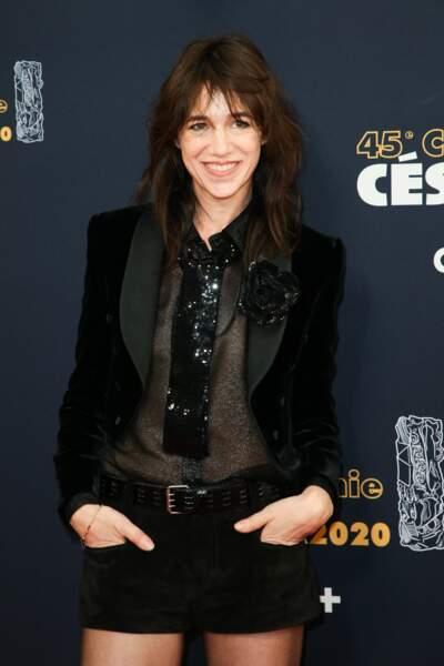 Charlotte Gainsbourg en 2020 : en veste de smocking et jupe courte