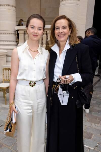 Alexandra de Hanovre en total look Chanel avec sa mère Caroline de Monaco au défilé Chanel, le 6 juillet 2021.
