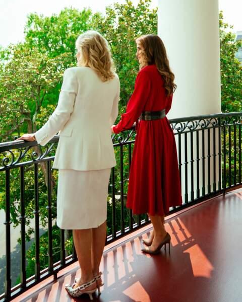 Rania de Jordanie a choisi des escarpins Manolo Blahnik et Jill Biden, des escarpins Dior