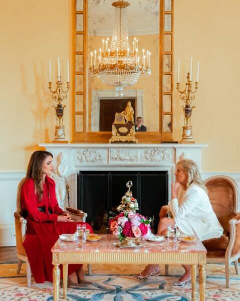 Pour cette première rencontre, Rania de Jordanie mise sur une robe longue rouge et Jill Biden sur une robe longue blanche.