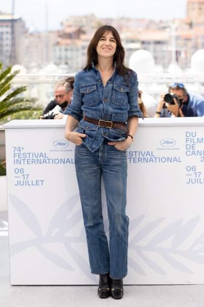 Charlotte Gainsbourg en ensemble denim signé Saint Laurent Paris
