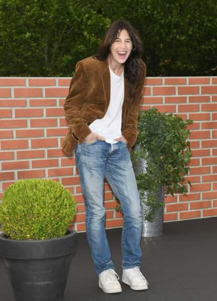 Charlotte Gainsbourg en blazer et denim droit