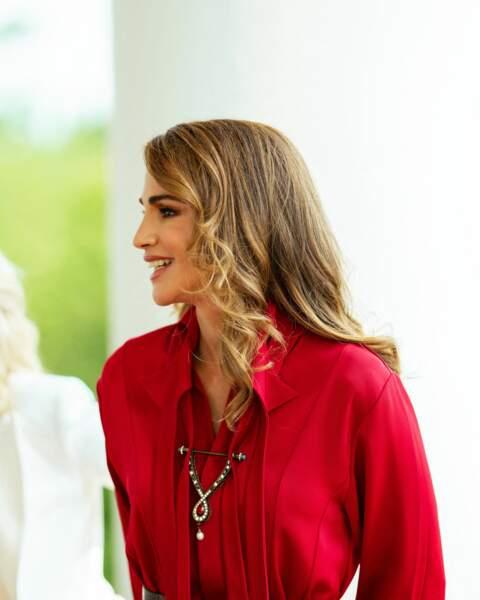 Rania de Jordanie toujours très élégante, met en avant le savoir-faire libanais avec cette robe rouge signée Hussein Bazaza, un créateur libanais, qui a longtemps travaillé pour Elie Saab et Maison Rabih Kayrouz.