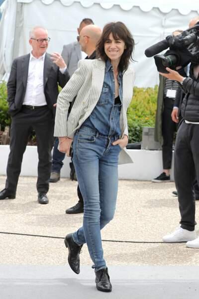 Charlotte Gainsbourg en 2019 : la chanteuse en total look jean et bottines au festival de Cannes