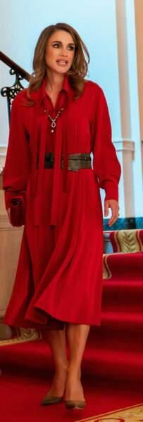 Rania de Jordanie mise sur une robe longue rouge qu'elle resserre à la taille d'une large ceinture